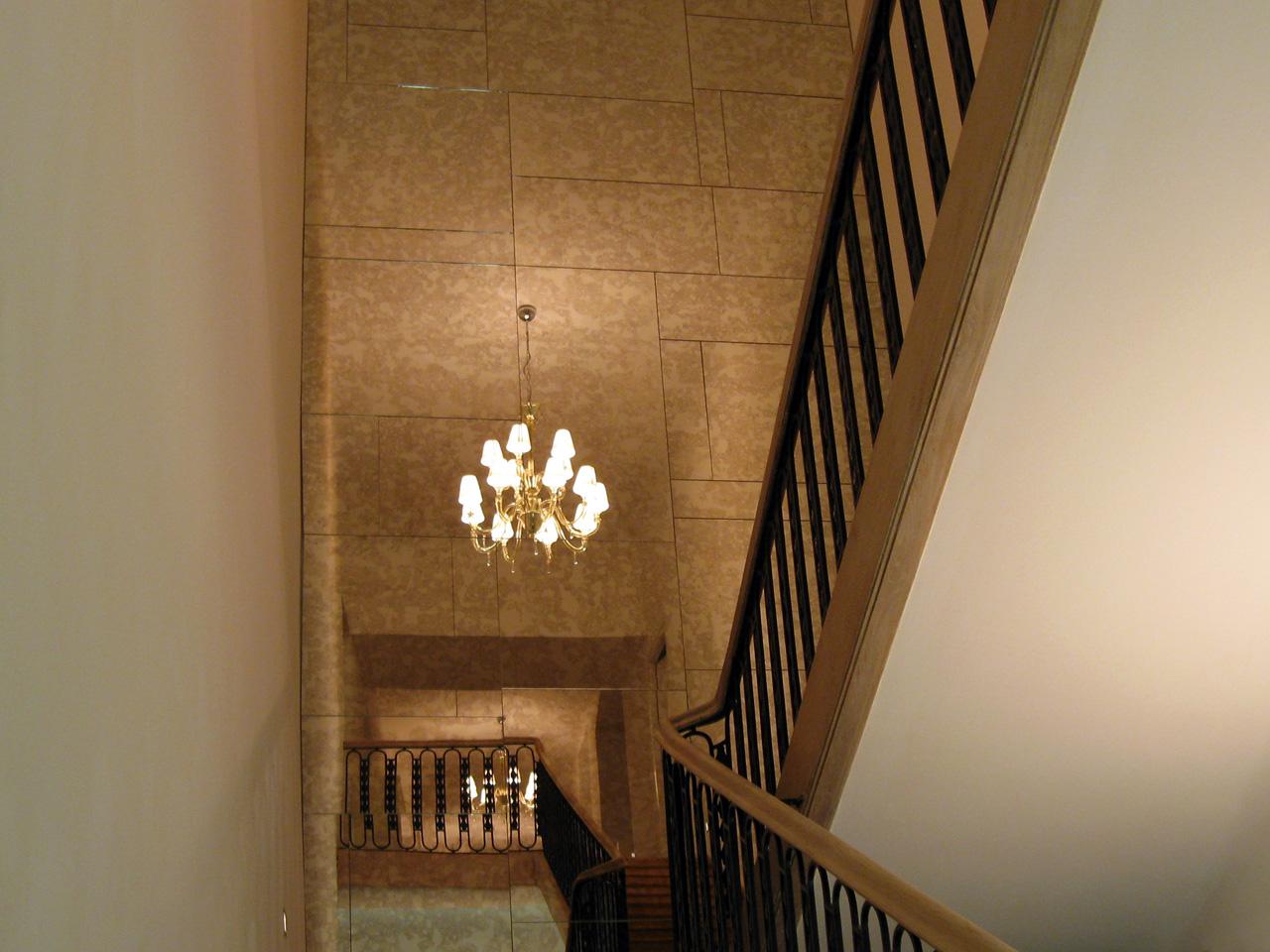 Stiegenaufgang mit Spiegel
